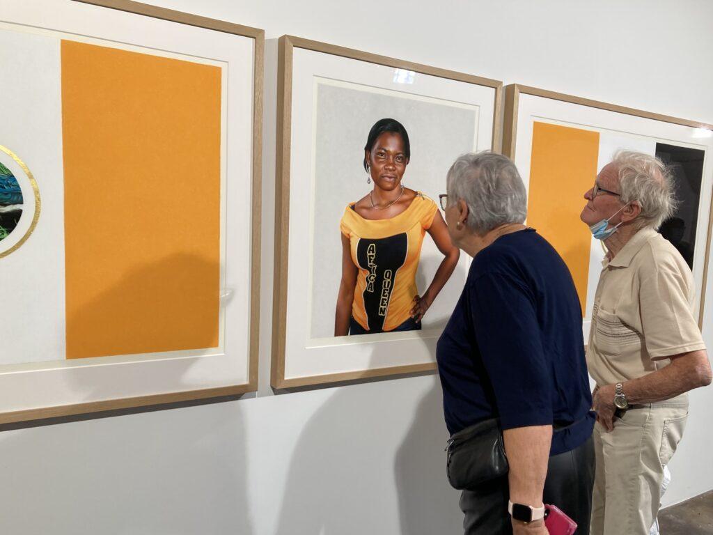 Ane Djuvan Winnje viser store arbeider i pastell av afrikanere og bunadskledde kvinner fra nord, gjennomført med en fascinerende realisme og veldig detaljert, nærmest som et foto.