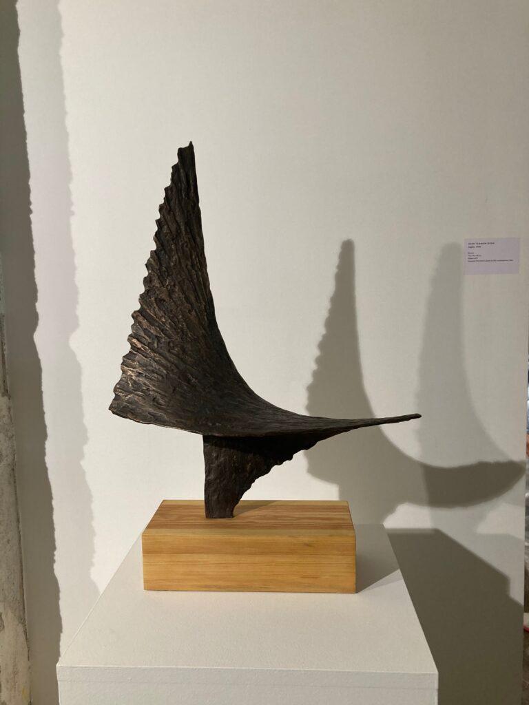 Aase texmon Rygh - Fugato - fuglelignende skulptur innkjøpt av Moss kommune. Aase Texmon Rygh er en norsk billedhogger som regn.es som en av pionerene for etterkrigstidens modernistiske kunst i Norge.